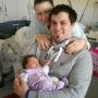 Die frisch gebackenen Eltern mit Tochter Nina