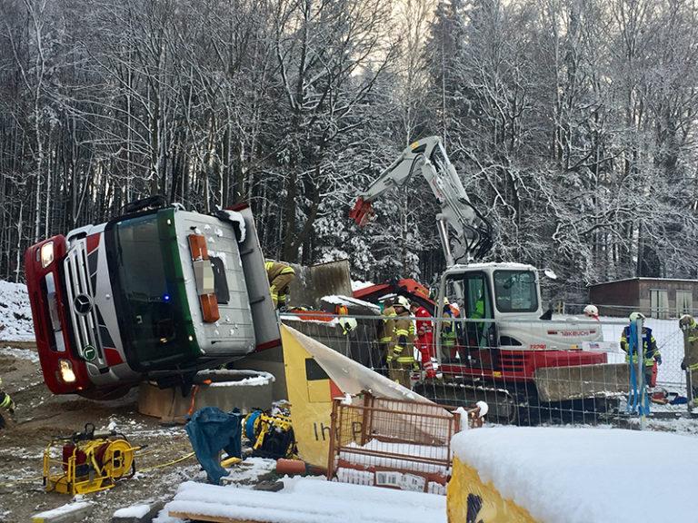 Verkehrsunfall mit eingeklemmter Person unter LKW