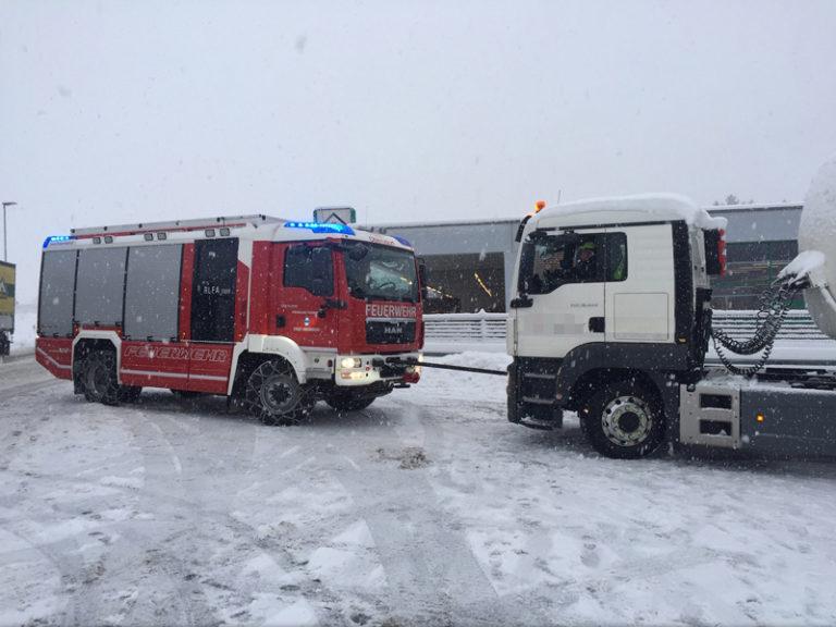 Zwei LKW-Bergungen in Oberndorf